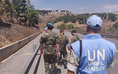 Des soldats de la FINUL et des officiers israéliens sur le site d'une attaque au missile du Hezbollah contre un poste israélien, dans le nord de l'Etat juif, le 4 septembre 2019. (Crédit : Armée israélienne)