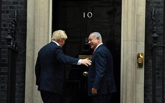 Le Premier ministre britannique Boris Johnson accueille le Premier ministre  Benjamin Netanyahu au 10 Downing Street, le 5 septembre 2019 (Crédit : Haim Tzach/GPO)