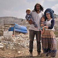 Neria Zarog (au centre) avec sa femme et leurs enfants devant leur maison dans l'avant-poste de Kipa Sruga, un quartier de l'implantation Yitzhar, dans le nord de la Cisjordanie. (Avraham Shapira)