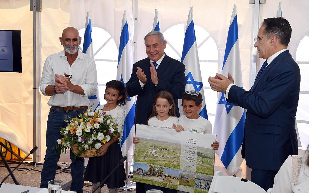 (De gauche à droite) Le président du Conseil régional de la vallée du Jourdain, David Elhayani, le Premier ministre Benjamin Netanyahu et le secrétaire de cabinet Tzachi Braverman applaudissent après que le gouvernement a autorisé la légalisation de l'avant-poste Mevoot Yericho lors de la réunion hebdomadaire du cabinet au Conseil régional de la vallée du Jourdain, le 15 septembre 2019. (Haim Tzach/GPO)