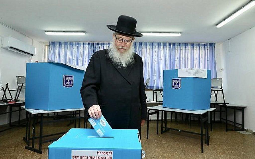 Le chef de Yahadout HaTorah Yaakov Litzman vote le 17 septembre 2019. (Cérdit : Yahadout HaTorah)