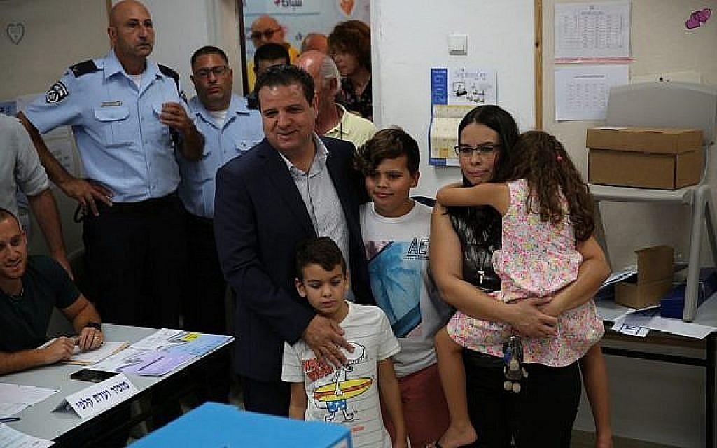 Le chef de la Liste arabe unie Ayman Odeh vote à Haifa le 17 septembre 2019. (Autorisation)
