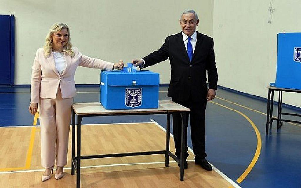 Le Premier ministre Benjamin Netanyahu et sa femme Sara votent à Jérusalem, le 17 septembre 2019. (Crédit : Haim Tzach/GPO)