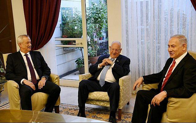 Le dirigeant de Kakhol lavan Benny Gantz (à gauche), le Président Reuven Rivlin (C) et le Premier ministre Benjamin Netanyahu (à droite) se rencontrent à la résidence du Président à Jérusalem, le 25 septembre 2019. (Amos Ben Gershom/GPO)