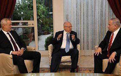 Le leader de Kakhol lavan Benny Gantz (à gauche), le président Reuven Rivlin (C) et le Premier ministre Benjamin Netanyahu (à droite) se rencontrent à la résidence du Président à Jérusalem, le 25 septembre 2019. (Amos Ben Gershom/GPO)