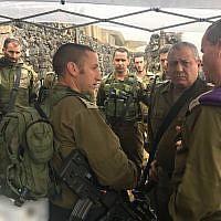 Le colonel Barak Hiram, au centre-gauche parle à Gadi Eisenkot, le 9 mai 2018. (Crédit : armée israélienne)