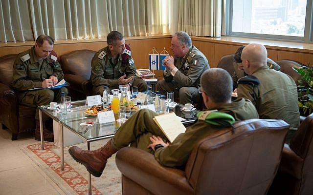 Le chef d'état-major Aviv Kohavi, à gauche rencontre le commandant de la FINUL Stefano Del Col aux quartiers généraux de l'armée israélienne à Tel Aviv le 1er septembre 2019. (Crédit : armée israélienne)