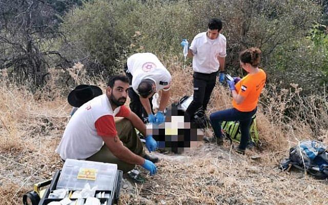 Des secouristes s'occupent d'un homme à la réserve naturelle d'Amud Stream après que son fils de 11 ans les a conduits sur les lieux. (Magen David Adom)