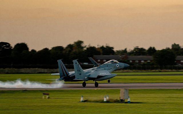 Un avion-chasseur israélien au décollage dans le cadre de l'exercice Cobra Warrior avec la Royal Air Force au Royaume-Uni, au mois de septembre 2019 (Crédit : Armée israélienne)