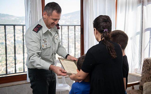 Le chef d'état-major Aviv Kochavi remet, à titre posthume, une citation au mérite à l'épouse du au soldat israélien tué par un tir ami lors d'un raid à Gaza en novembre 2018, le 22 septembre 2019. (Crédit : armée israélienne)