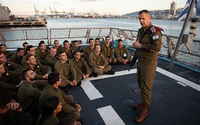 Le chef d'état-major de Tsahal Aviv Kohavi s'adresse aux soldats de la marine israélienne à l'arrière d'un navire dans le port de Haïfa lors d'un exercice surprise le 25 septembre 2019. (Armée israélienne)