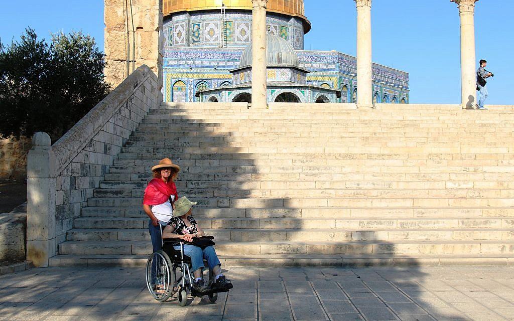 Le Dôme du rocher accessible aux personnes en situation de handicap via une rampe (Crédit : Shmuel Bar-Am)