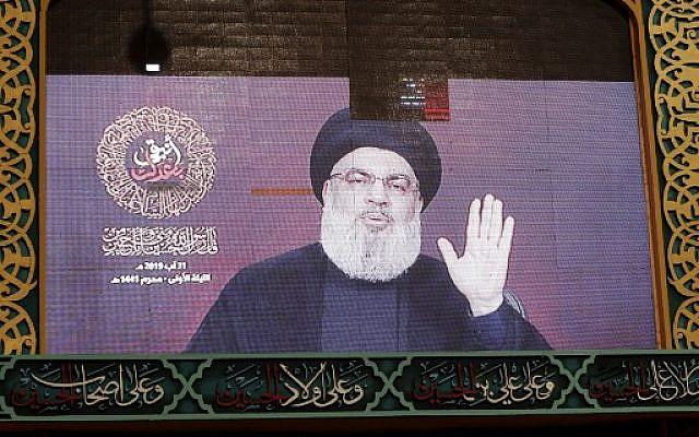 Un discours du chef du Hezbollah Hassan Nasrallah est retransmis sur un écran géant dans la banlieue sud de la capitale libanaise, le 31 août 2019. (Photo par ANWAR AMRO / AFP)
