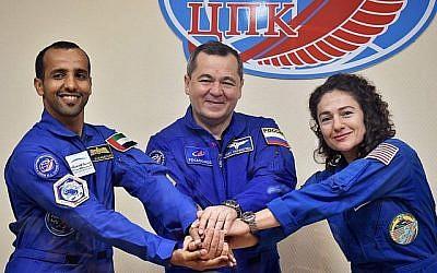 Des membres de l'équipe principale à destination de la Station spatiale internationale (ISS), l'astronaute des Emirates arabes unis Hazza Al Mansouri (gauche),le cosmonaute russe Oleg Skripochka et l'astronaute américaine Jessica Meir prennent la pose lors d'une conférence de presse au cosmodrome loué par la Russie à Baikonour au Kazakhstan le 24 septembre 2019. (Vyacheslav OSELEDKO / AFP)