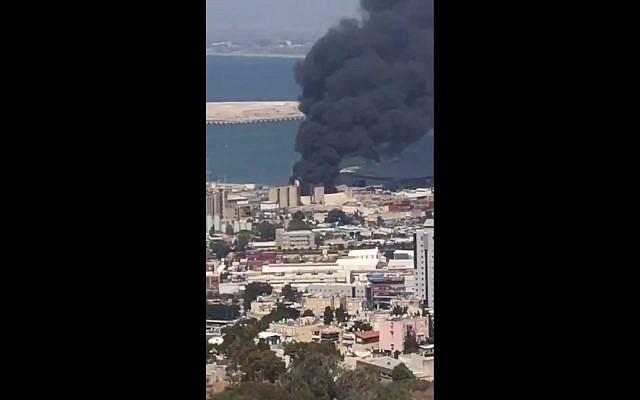 Un incendie dans une usine de Haïfa, le 5 septembre 2019. (Crédit : capture d'écran Twitter)