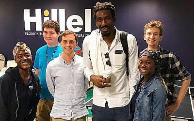 Amare Stoudemire, le plus grand, conduit une initiative pour connecter les étudiants juifs et afro-américains à l'Université internationale de Floride. (Crédit: FIU Hillel via JTA)