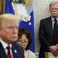 Le président américain Donald Trump, à gauche, rencontre le président sud-coréen Moon Jae-In dans le Bureau oval de la Maison Blanche à Washington, alors que le conseiller national à la sécurité John Bolton, à droite, observe le 22 mai 2018. (Evan Vucci/AP)