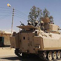 Des soldats égyptiens dans un véhicule blindé dans le nord du Sinaï, en mai 2013. (Crédit : AP)