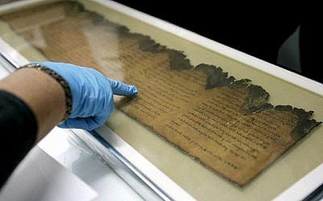 Les Rouleaux de la mer Morte sont exposés au musée Israël à Jérusalem, le 4 décembre 2007. (AP Photo/Gregorio Borgia)