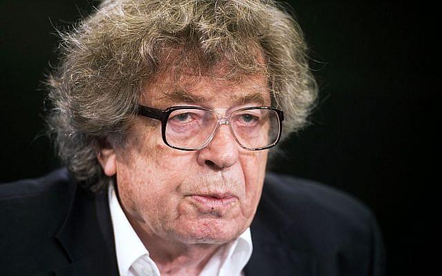 L'écrivain hongrois et ancien dissident communiste Gyorgy Konrad parle aux médias sur l'état de la liberté et de la démocratie en Hongrie, à Bruxelles, le vendredi 27 janvier 2012. (AP Photo/Geert Vanden Wijngaert)