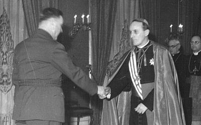 Aloysius Stepinac, à droite,  serre la main au chef d'Ustasha Ante Pavelić. (Domaine publique)
