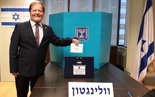 Itzhak Gerberg, l'ambassadeur israélien en Nouvelle-Zélande dépose son bulletin de vote le 5 septembre 2019 à Wellington, Nouvelle-Zélande (Ministère des Affaires étrangères)