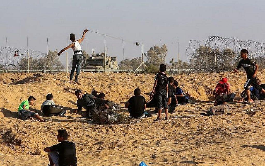 Des manifestants palestiniens s'opposent aux soldats israéliens après une manifestation le long de la frontière entre Israël et Gaza, le 6 septembre 2019. (Abed Rahim Khatib/Flash90)