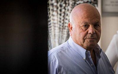 Ezra Saidoff, l'ancien directeur assistant du Bureau du Premier ministre, vu au tribunal e Jérusalem pour entendre le verdict de son procès le 25 septembre 2019. (Yonatan Sindel/Flash90)
