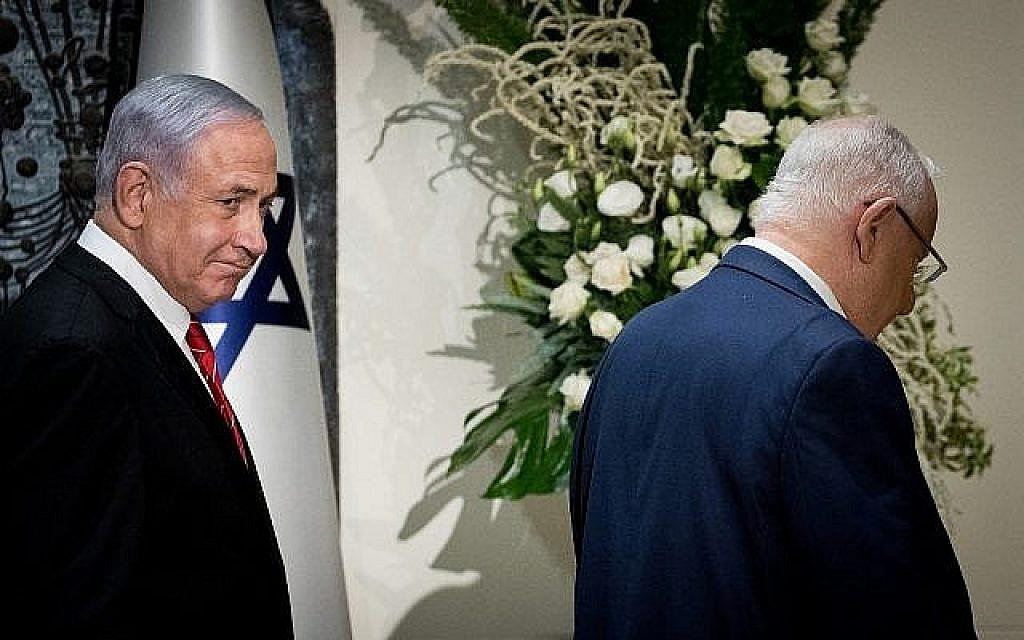 Le Premier ministre Benjamin Netanyahu et le président Reuven Rivlin à la résidence présidentielle à Jérusalem, le 25 septembre 2019, où Netanyahu vient d'être chargé de former le prochain gouvernement israélien. (Yonatan Sindel/Flash 90)