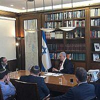 Le Premier ministre Benjamin Netanyahu rencontre les responsables de droite et des partis haredis dans son bureau à Jérusalem, le 18 septembre 2019. (Crédit : Likud)