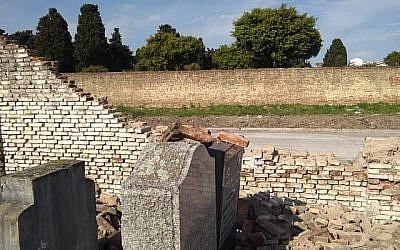 Cette photographie de l'Association  Israélite Argentine Commune (AMIA) montre les dégâts dans un cimetière juif à La Tablada, en Argentine, qui a été vandalisé le 28 septembre 2019. (AMIA)