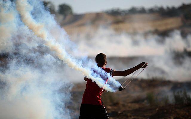 Des émeutiers palestiniens à la frontière avec Gaza, le 30 août 2019. (Hassan Jedi/Flash90)