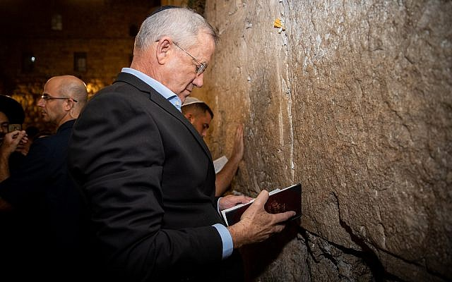 Le chef de kakhol lavan Benny Gantz se rend au mur Occidental à Jérusalem la veille des élections, le 16 septembre 2019. (Yonatan Sindel/Flash90)