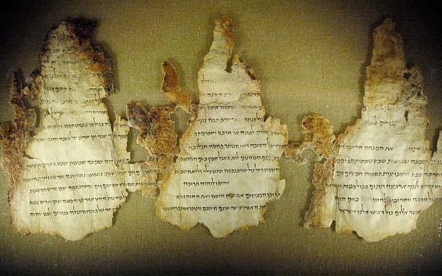 Trois fragments du Rouleau du Temple, un des Rouleaux de la mer Morte, sont exposés au musée Maltz de l'héritage juif à Beachwood, Ohio, le 28 mars 2006. (AP Photo/Jamie-Andrea Yanak, File)