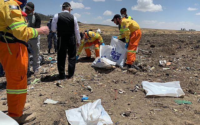 Des membres de l'équipe de secours et de recherche ZAKA sur le site du crash d'un Boeing 737 MAX 8 d'Ethiopian Airlines, au sud d'Addis Abeba, le 12 mars 2019 (Crédit : AP/Mulugeta Ayene)