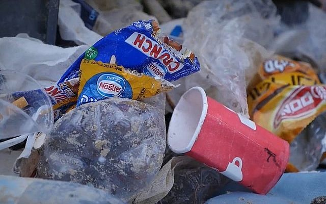 Des déchets en plastique abandonnés sur une plage de Tel Aviv en Israël. (Capture d'écran)