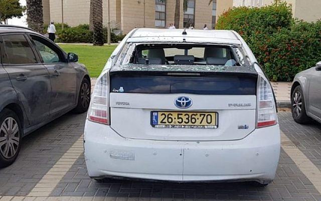 Un voiture endommagée par un obus de tank tiré depuis le Sinaï, dans la communauté israélienne de Bnei Netzarim, le 28 septembre 2019. (Police israélienne)