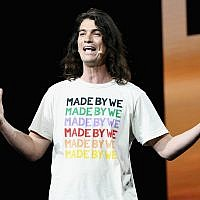 Adam Neumann s'exprime devant une foule réunie lors d'un événement WeWork au Microsoft Theater à Los Angeles, le 9 janvier 2019. (Michael Kovac/Getty Images for WeWork)