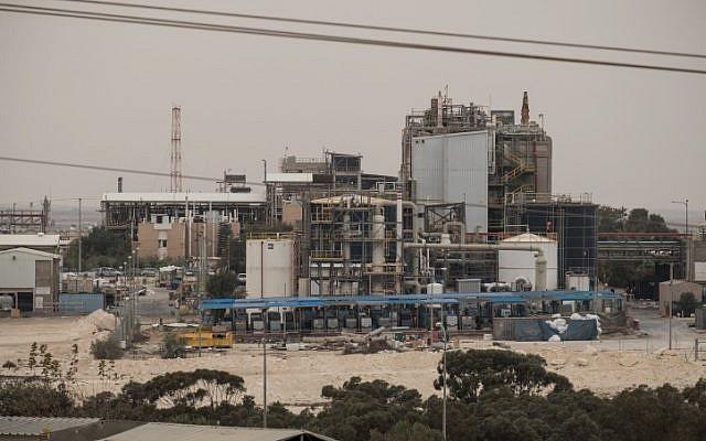 Pollution vue depuis un village bédouin non identifié près de la zone industrielle de Ramat Hovav dans le sud d'Israël, le 28 décembre 2017. (Yaniv Nadav/FLASH90)