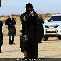 Le groupe affilié à l'Etat islamique dans l'Etat du Sinai à l'entraînement aux armes, le 6 février 2016. (Image illustrative : Telegram.me/HaiAlaElJehad5 via MEMRI)