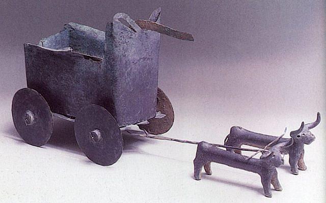 Un chariot antique tiré par des bœufs en bronze (Crédit : Autorisation du musée des terres de la Bible)