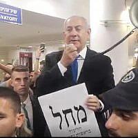 Le Premier ministre Benjamin Netanyahu s'adresse aux usagers de la gare routière de Jérusalem, le jour des élections, le 17 septembre 2019 (Capture d'écran : Facebook Live)