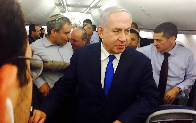Le Premier ministre Benjamin Netanyahu sur le vol de retour de Sotchi, le 12 septembre 2019. Derrière lui se trouvent Ze'ev Elkin (à gauche) et Meir Ben-Shabbat (à droite). (Shalom Yerushalmi/Times of Israel)