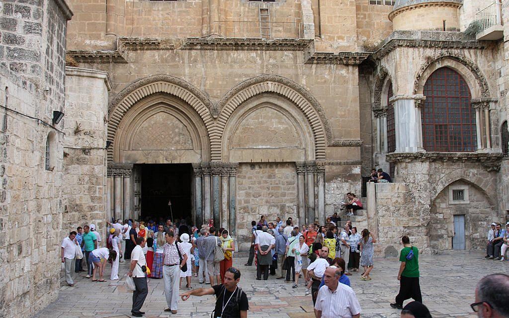 L'entrée à l'église du Saint-Sépulcre (Crédit : Shmuel Bar-Am)