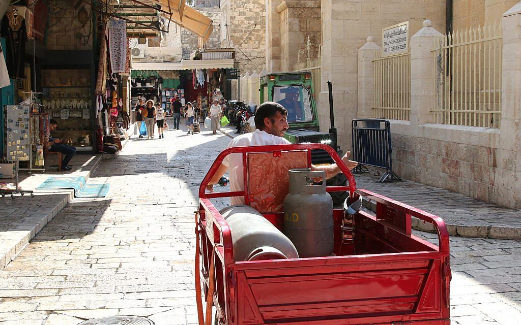 Des chariots transportant des marchandises dans le quartier chrétien de la Vieille Ville (Crédit : Shmuel Bar-Am)