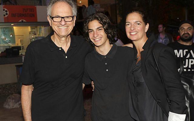 Le réalisateur Avi Nesher (à gauche), avec son fils Ari et sa femme Iris. Ari Nesher, 17 ans, est décédé jeudi 27 septembre, après avoir été grièvement blessé dans un accident de la route suivi d'un délit de fuite, le lundi 24 septembre 2018. (Avec l'aimable autorisation de Rafi Delouya)