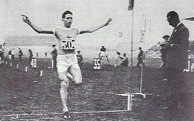 Elias Katz franchit la ligne d'arrivée au stade de Helsinki, aux environs de 1920 (Capture d'écran)