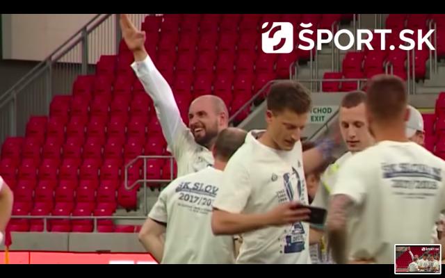 Ivan Kmotrík, homme d'affaires slovaque et vice-président du club de football ŠK Slovan Bratislava, effectuant un salut nazi suite à la victoire de son club contre le MFK Ruzomberok en finale de coupe de Slovaquie, en mai 2018. (Crédit : capture d'écran YouTube / Sport.sk)