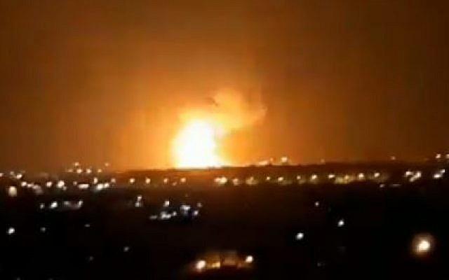Des explosions à Gaza après une frappe de l'armée israélienne en riposte à des roquettes sur Ashdod et Ashkelon, le 11 septembre 2019. (Crédit : capture d'écran Twitter)