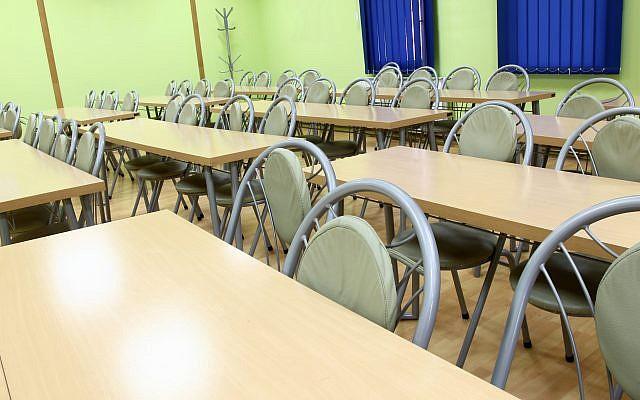 Illustration. Une salle de classe vide. (Crédit : UroshPetrovic via iStock)